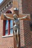 Het gekruisigde standbeeld van het brons van Jesus-Christus Royalty-vrije Stock Foto's