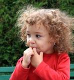 Het gekrulde meisje fluiten Royalty-vrije Stock Fotografie