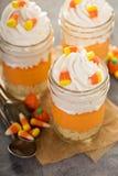 Het gelaagde dessert van het suikergoedgraan in kruiken stock afbeelding