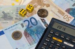 Het geld en de calculator en dobbelen in jaar 2016 stock afbeeldingen