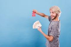 Het geld en de sleutels van de mensenholding tot huis Royalty-vrije Stock Foto