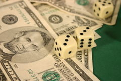 Het geld en dobbelt royalty-vrije stock foto