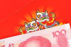 Het geld van Chinees of van 100 Yuansbankbiljetten in rode envelop, zoals Chinees Royalty-vrije Stock Afbeelding