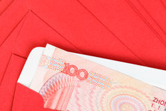 Het geld van Chinees of van 100 Yuansbankbiljetten in rode envelop, zoals Chinees Stock Fotografie