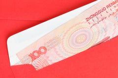 Het geld van Chinees of van 100 Yuansbankbiljetten in rode envelop, zoals Chinees Royalty-vrije Stock Afbeeldingen