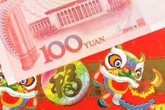 Het geld van Chinees of van 100 Yuansbankbiljetten in rode envelop, zoals Chinees Stock Foto