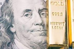 Het geld van het de Amerikaanse dollarbankbiljet van Amerika met glanzende baar van goud als vin Royalty-vrije Stock Foto's