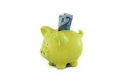 Het geld van de besparing bij piggybank. stock afbeeldingen