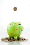 Het geld van de besparing in een spaarvarken Stock Foto