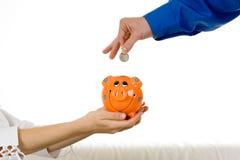 Het geld van de besparing in spaarvarken Stock Foto