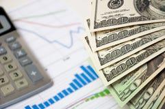 Het geld van de close-up tegen de voorraadgrafiek Royalty-vrije Stock Foto