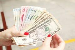 Het Geld van de Holding van de hand Royalty-vrije Stock Foto's