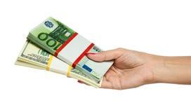 Het Geld van de Holding van de hand van de vrouw royalty-vrije stock afbeeldingen