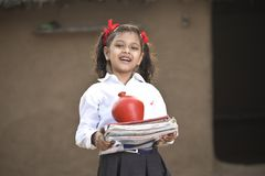 Het geld van de meisjesbesparing in spaarvarken voor toekomstig onderwijs royalty-vrije stock foto