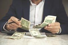 Het geld van de mensenhand royalty-vrije stock afbeeldingen