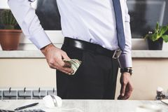 Het geld van de mensenhand op zak stock afbeelding