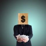 Het geld van de zakenmanholding met een document zak op hoofd Royalty-vrije Stock Foto