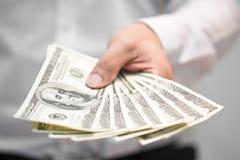 Het geld van de zakenmanholding op hand royalty-vrije stock foto's