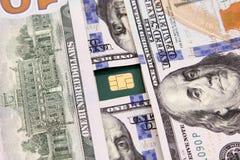 Het geld van dollarrekeningen met creditcard Stock Afbeelding