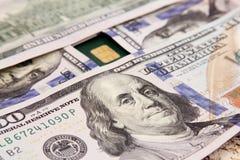 Het geld van dollarrekeningen met creditcard Stock Afbeeldingen