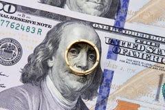 Het geld van dollarrekeningen met goud Stock Afbeeldingen