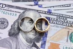 Het geld van dollarrekeningen met goud en zilver Royalty-vrije Stock Foto's