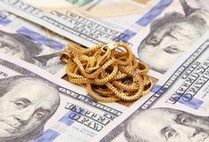 Het geld van dollarrekeningen met gouden ketting Stock Afbeelding