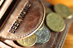 Het Geld van het bier. De muntstukken van Aussie uit een leerportefeuille Royalty-vrije Stock Afbeelding