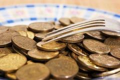 Het geld van het muntstuk op een plaat Stock Foto