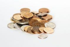 Het geld van muntstukken op witte achtergrond Stock Foto