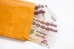 Het geldbankbiljetten van Thailand in document zak Stock Foto's