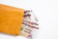 Het geldbankbiljetten van Thailand in document zak Stock Afbeeldingen