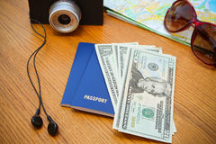 Het geldcamera van het reis vastgestelde paspoort, wegenkaartzonnebril, hoofdtelefoons Stock Foto