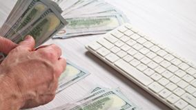 Het geldcontant geld van de mensentelling in zijn hand Economie, besparing, stock footage