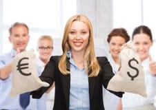 Het geldzakken van de onderneemsterholding met dollars Royalty-vrije Stock Afbeeldingen