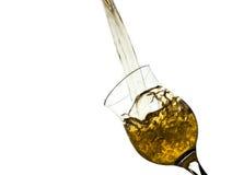 Het gele die Water Bespatten van Glas op Witte Achtergrond, het Knippen Wegen wordt geïsoleerd Royalty-vrije Stock Foto's