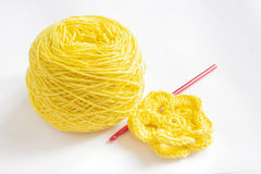 Het gele garen en haakt bloem Stock Foto