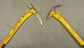 Het gele Grivel-ijs schaft hamer af en adze Stock Afbeelding