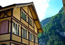 Het gele huis van het houtkader in de Zwitserse Alpen Royalty-vrije Stock Afbeelding