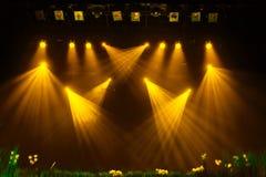 Het gele licht van de schijnwerpers door de rook bij het theater tijdens de prestaties royalty-vrije stock fotografie