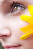 Het gele Meisje van de Bloem Stock Foto