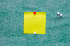 Het gele notadocument op groene achtergrond Royalty-vrije Stock Afbeeldingen