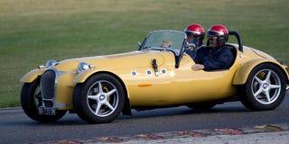 Het gele oude auto bewegen zich Stock Afbeeldingen