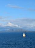 Het gele schip varen Royalty-vrije Stock Afbeeldingen