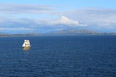 Het gele schip varen Stock Foto's