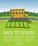 Het gele Schoolbus Drijven langs Landweg Royalty-vrije Stock Afbeeldingen