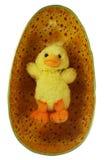 Het gele stuk speelgoed kuiken van Pasen in het ei Royalty-vrije Stock Afbeeldingen