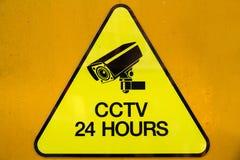 Het gele teken die van de veiligheidscamera's van waarschuwingskabeltelevisie uur 24 in werking stellen Stock Fotografie