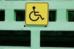 Het gele teken is een plaats voor gehandicapten Sociaal gebied van het leven Bescherming en hulp voor gehandicapte mensen stock foto's