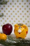 Het gele varken van het nieuwjaar op de achtergrond van een Nieuwjaar royalty-vrije stock fotografie